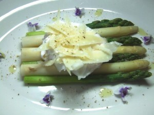 Asparagus with shaved Parmasen cheese